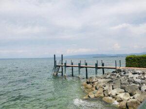 """Ferien in der Schweiz in Europa. Der private Steg des Wellnesshotels """"Bad Horn"""" am Bodensee führt weit in den See hinein."""