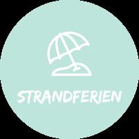 """Illustration Sonnenschirm vor hellblauem Hintergrund mit Text """"Strandferien"""" für Pauschalreisen mit Simtis."""