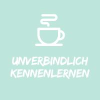 """Illustration mit weisser Kaffeetasse auf hellblauem Hintergrund mit Text """"unverbindlich kennenlernen""""."""