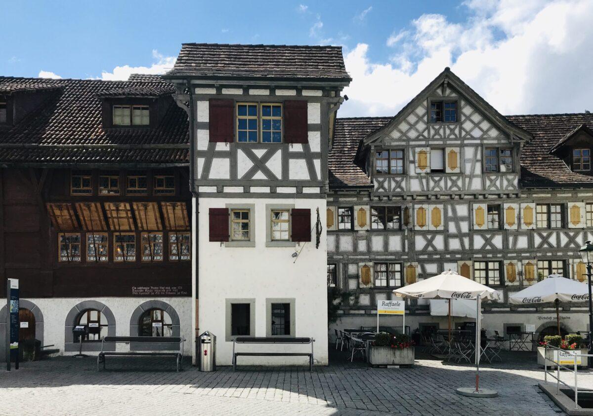 Reise in der Schweiz in Europa. Historische Fachwerkhäuser in der Altstadt von Arbon am Bodensee reihen sich aneinander.