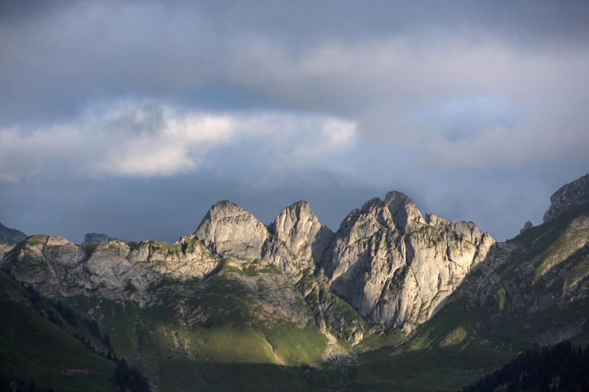 Reise in der Schweiz in Europa. Stimmungsbild von der Gastlosen-Kette bei Gstaad in der Abenddämmerung.