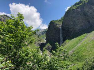 Reise in der Schweiz in Europa. Naturbild vom Weisstannental im Kanton St. Gallen, man sieht verschlungene Schluchten, grüne Wiesen und einen der berühmten Batöni Wasserfälle.