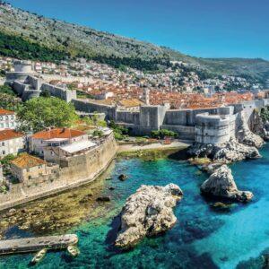 Aussicht auf Dubrovnik mit der Stadt und kristallklarem Meer