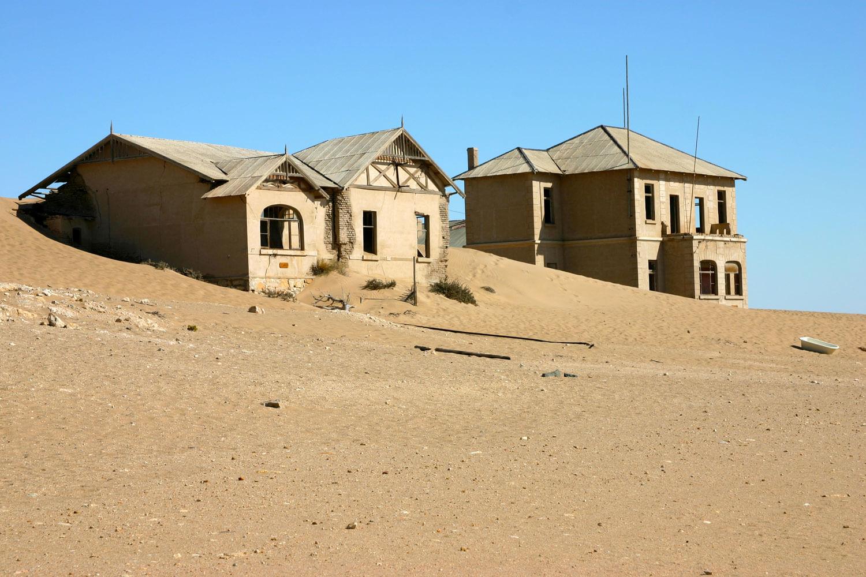 Geisterstadt, teilweise mit Sand verdeckt