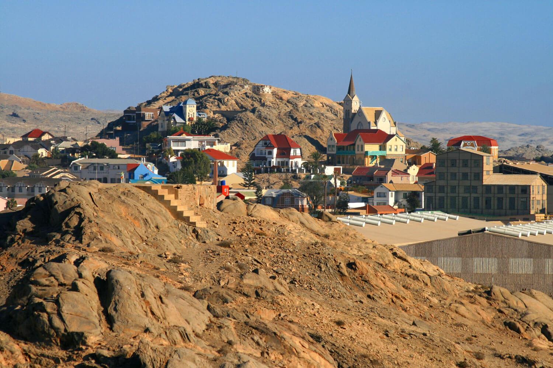 Kolonial-Städtchen umgeben von Felsen