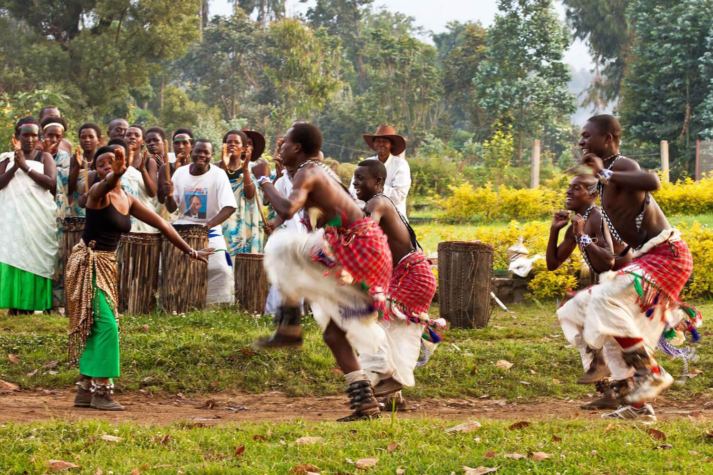 Einheimische tanzen traditionellen Tanz in traditionellen Gewändern