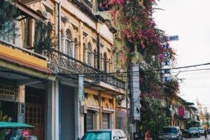 Farbige Häuserfassaden in der Kolonialstadt Battambang