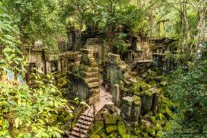 Tempelanlage Beng Mealea mitten im Dschungel, überwachsen von Pflanzen.