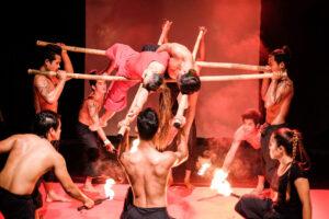 Akrobaten mit Feuer und Bambusstangen im Phare Circus in Siem Reap