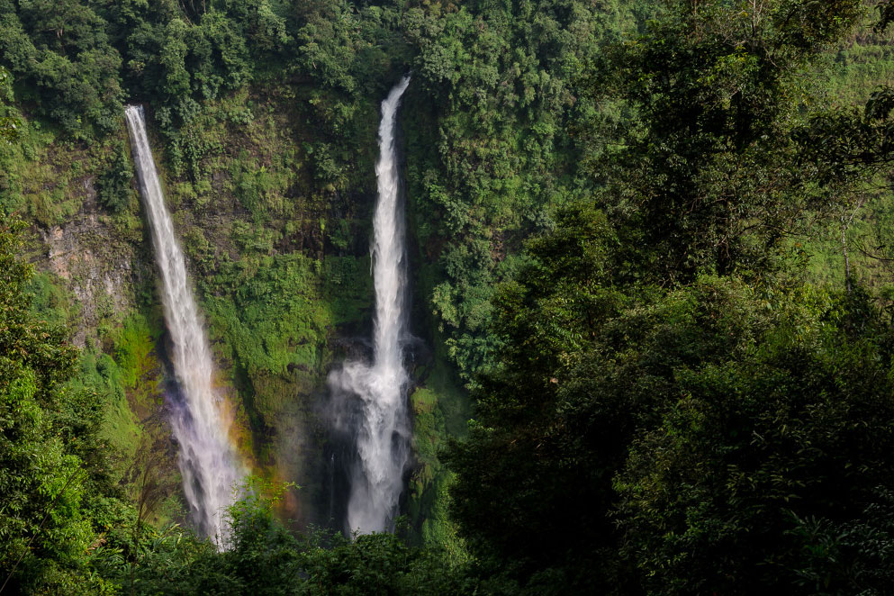 Blick in die Tiefe zu zwei Wasserfällen mitten im Dschungel.
