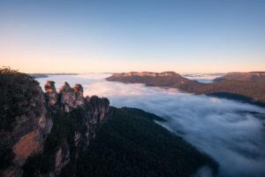 Sicht auf die Three Sisters Steinformation und das neblige Tal.