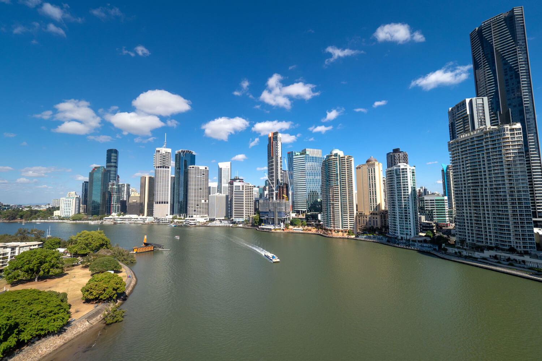 Skyline von Brisbane mit Fluss und blauem Himmel