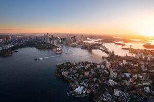 Flugaufnahme von Sydney mit dem Opera House und der Harbour Bridge