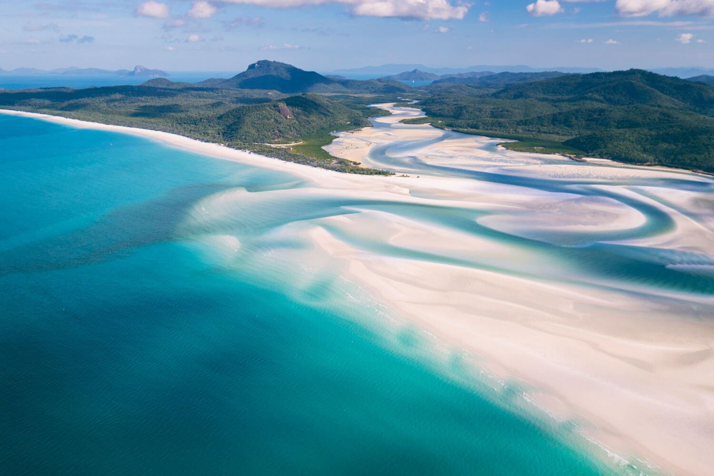 Flugaufnahme von den Whitsunday Islands - grüne Inseln, türkises Meer und weisser Sandstrand