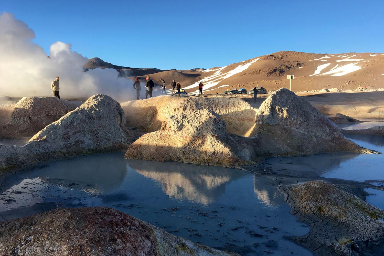 Thermalquellen und Geysire in einer Wüstenlandschaft