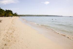 Strand mit Palmen und Meer, mit wenigen Menschen