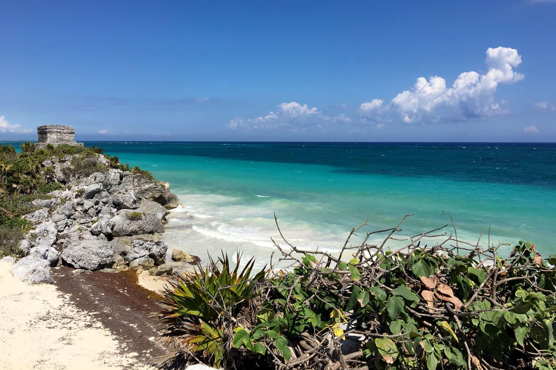 Maya-Ruine auf Felsen am Strand mit Blick auf das Meer
