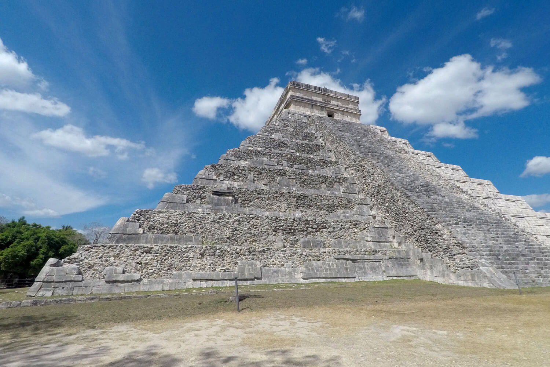 Maya-Ruine Chichén Itzá vor blauem Himmel